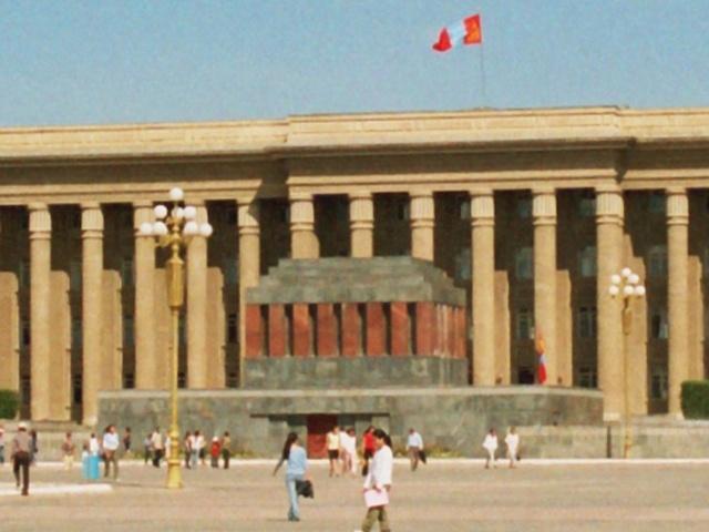 Улан-Батор қаласындағы Моңғолия көсемі Сухэ-Батордың мавзолейі. 2005 жылы мавзолейдегі Сухэ-Батордың денесі қазып алынып, өртелінген және күлі жерге көмілген.
