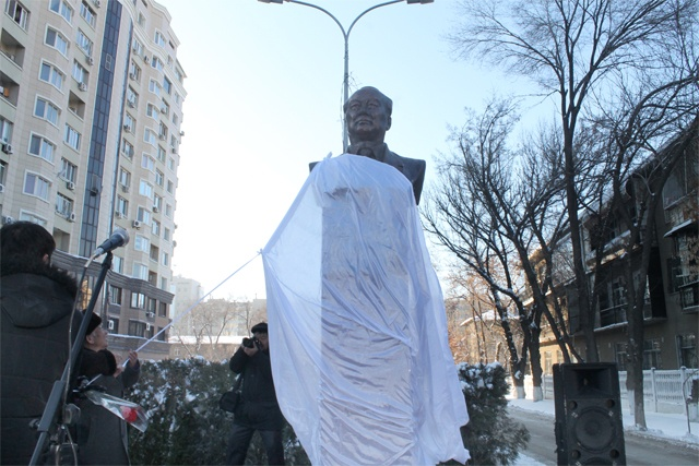 Ж.Шаймерденовке арналған ескерткішті генерал Қалменов ашты