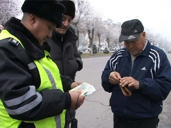 Абай аудандық салық басқармасы жол полициясымен бірігіп көше торуылдауға шықты