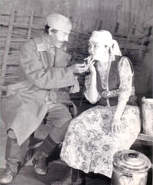 1970 жылы Алматы қаласындағы М.Әуезов атындағы театр жанындағы театрлық студияны тәмамдайды