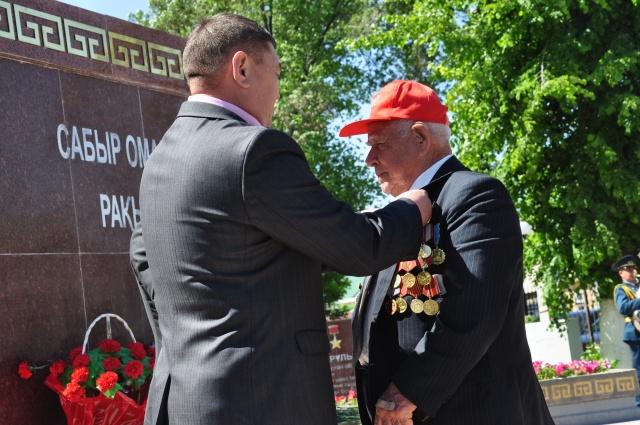 Ардагерлер Кеңес Одағының батыры Генерал Сабыр Рахымовтың мерекелік медалімен марапатталды