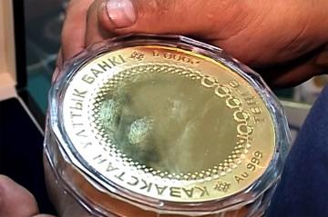 100 мың теңгелік, 2 келі келетін алтын монета