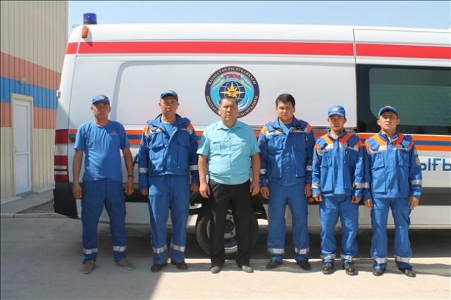 Паржан Байдүйсенов (ортада) қызметкерлерімен бірге