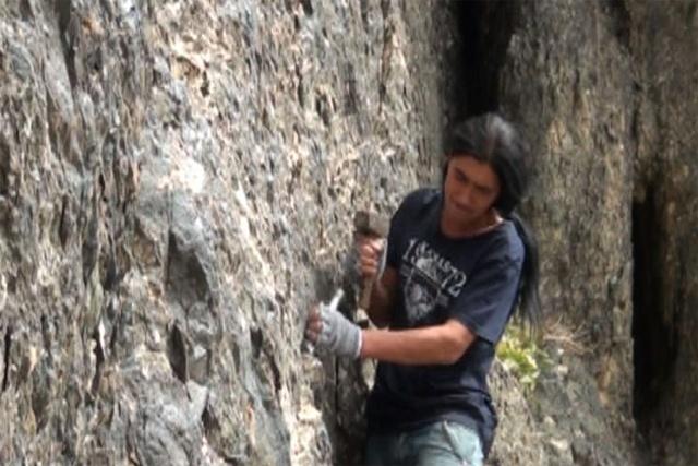Ол 18 жыл уақыттан бері таудағы тастарды қашап, сурет салумен айналысып келеді. Қарт Қаратауға құмартқан жігіттің жасы  47-де