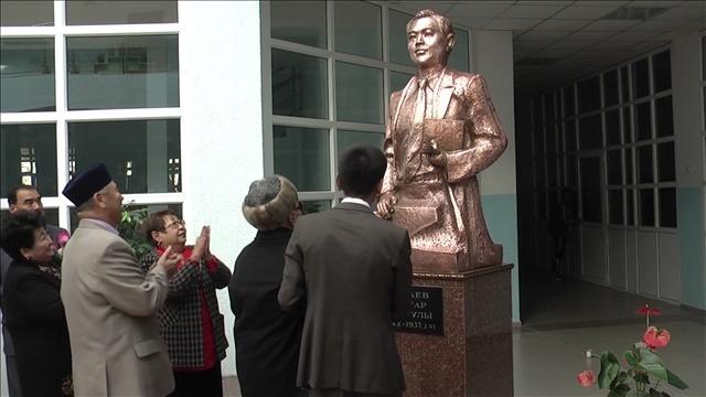 Саттар Ерубаев құрметіне мектептен ескерткіш ашылды