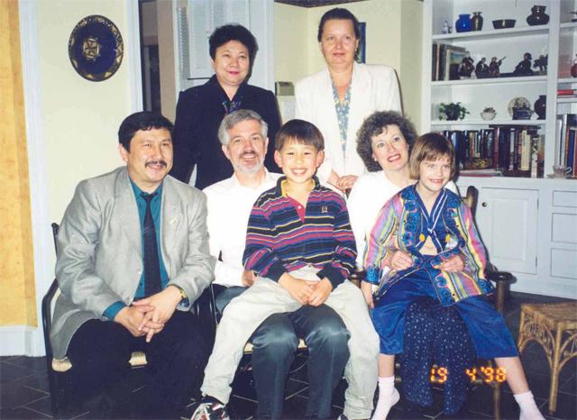 1998 жылы Американың Қазақстандағы елшісі Элизабет Джоунс демократияға үлес қосқан депутат ретінде мені Америка құрама штаттарына шақырды