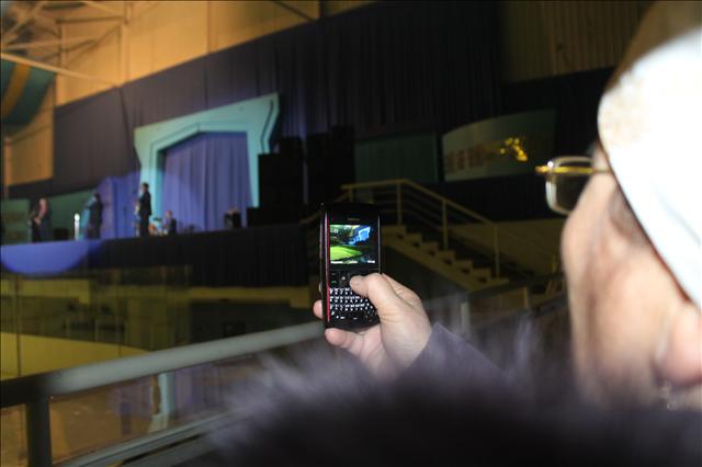 Көрермендер концерттегі орындалған әрбір әнді түсіріп алуға тырысты