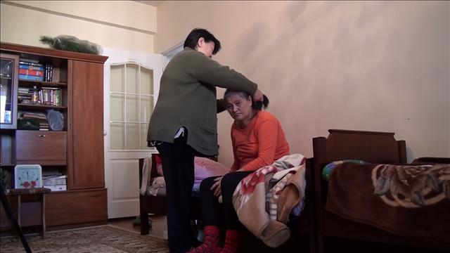 56 жастағы Мейманкүл Тұрдалиеваны әпкес Айнагүл қарайды