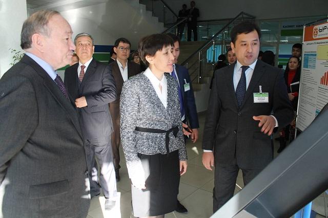 Министр Тамара Дүйсенова және орталықтың директоры - Бауыржан Омарбеков