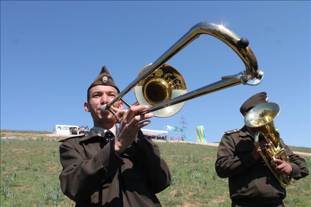 Оркестр әскери марштарды орындады