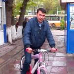 Кәсіпкер әкімдік қызметкерлеріне велосипед мінгізді