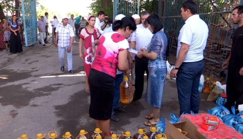 Еңбекші ауданы әкімдігінің мамандары 300 отбасына қайырымдылық жасады