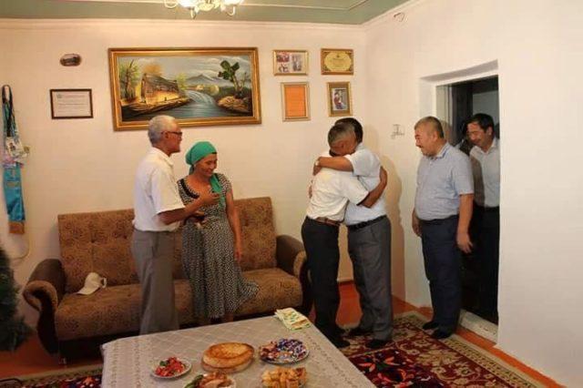 Арыс қаласының әкімі Жазира Жаппарқұлдың отбасын құттықтады