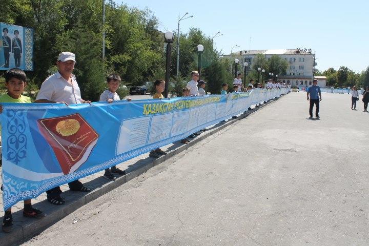 Кентауда 250 метрлік баннерге жазылған конституция бар