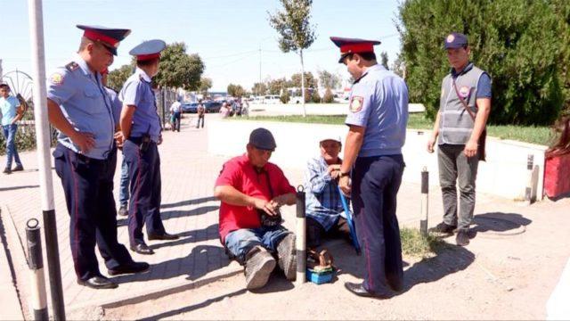 Полицейлер қайыршыларды ұстауда