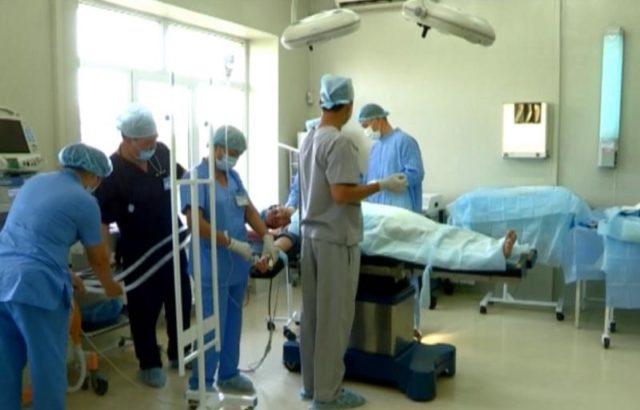 Облыстық клиникалық аурухана дәрігерлері шетелдіктер бірге бауырға ота жасады