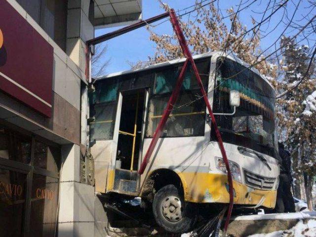 Шымкентте жолаушылар автобусы ғимаратты соқты