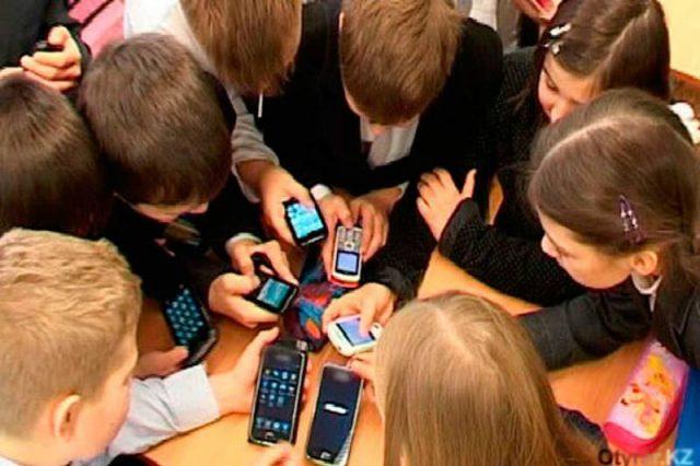 Ата-аналар комитеті оқушылардың смартфон қолдануына қарсы