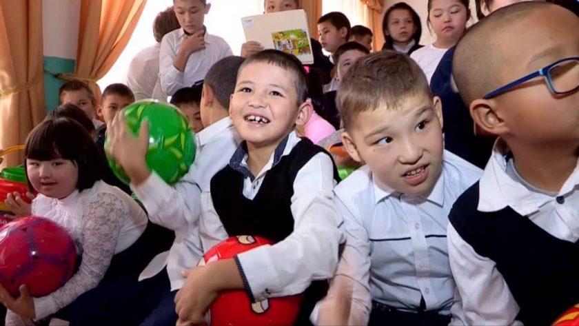 """""""Изуми"""" балаларға базарлық жасады"""