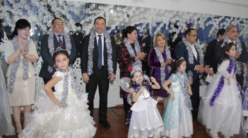 Шымкент қаласының әкімі оқушыларды жаңа жыл мерекесімен құттықтады