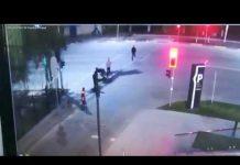 Шымкенттегі ірі сауда орталығының алдында болған төбелес видеоға түсіп қалған